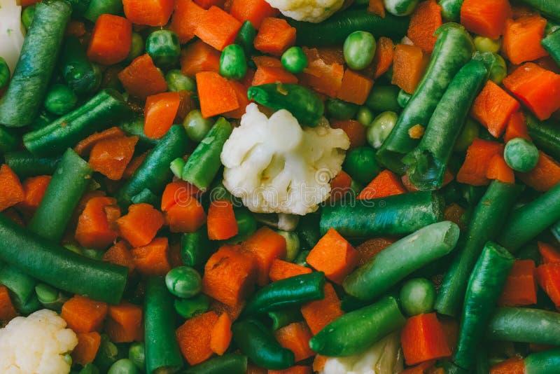 Miscela di verdure delle carote, dei piselli, dei fagiolini e di alto vicino del cavolfiore immagini stock libere da diritti