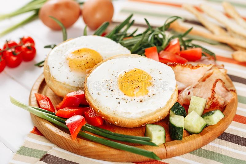 Miscela di verdure Ham Slices di Fried Egg In Hole Toast fotografia stock