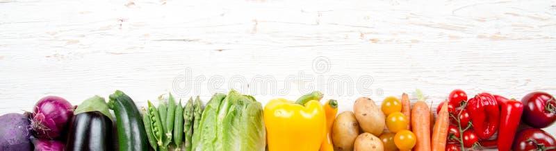Miscela orizzontale di verdure multicolore dell'arcobaleno immagini stock
