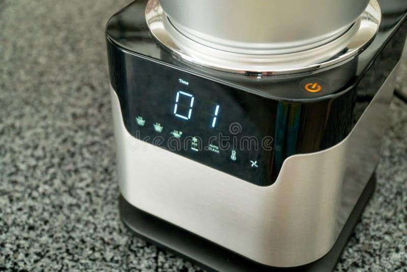 Miscelatore con lo schermo attivabile al tatto nella cucina Apparecchio per uso domestico elettrico della famiglia e della cucina immagini stock libere da diritti