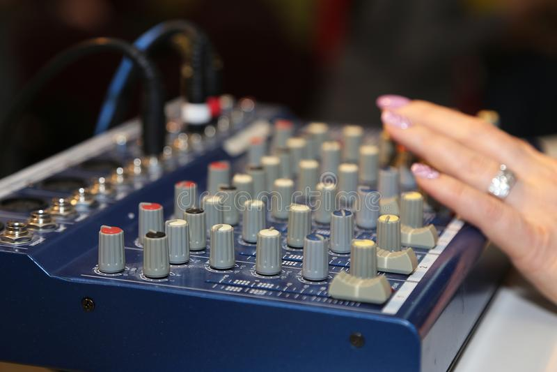 Miscelatore del DJ al partito immagine stock