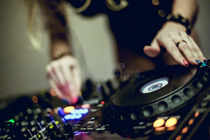 Miscelatore del DJ messo a fuoco morbidamente fotografia stock libera da diritti