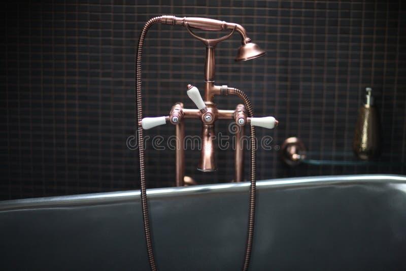 Miscelatore di rame del rubinetto con le maniglie della porcellana fotografie stock