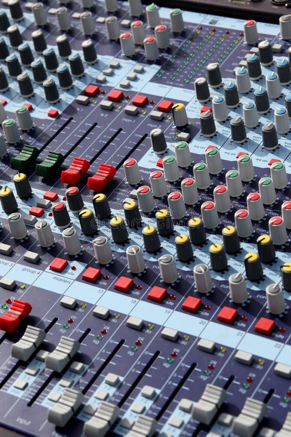 Miscelatore nello studio di audio registrazione fotografia stock