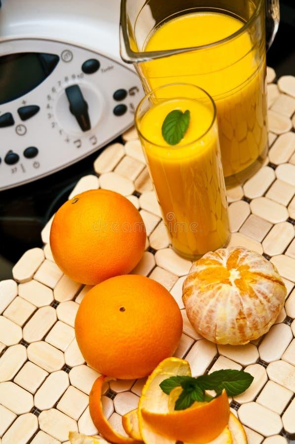 Miscelatore o miscelatore con le arance fotografia stock libera da diritti