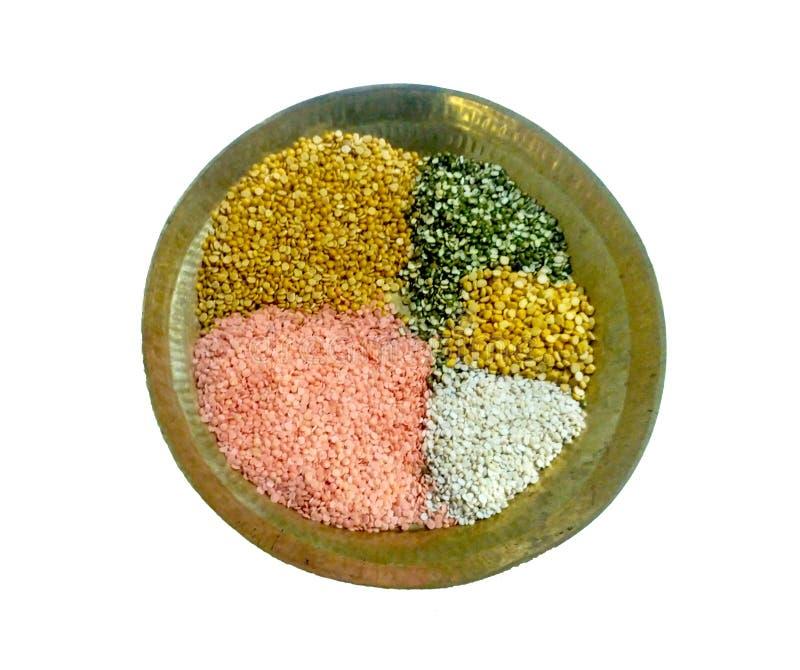 Misch- Impulse in Messing-Thali oder im Behälter stockfoto