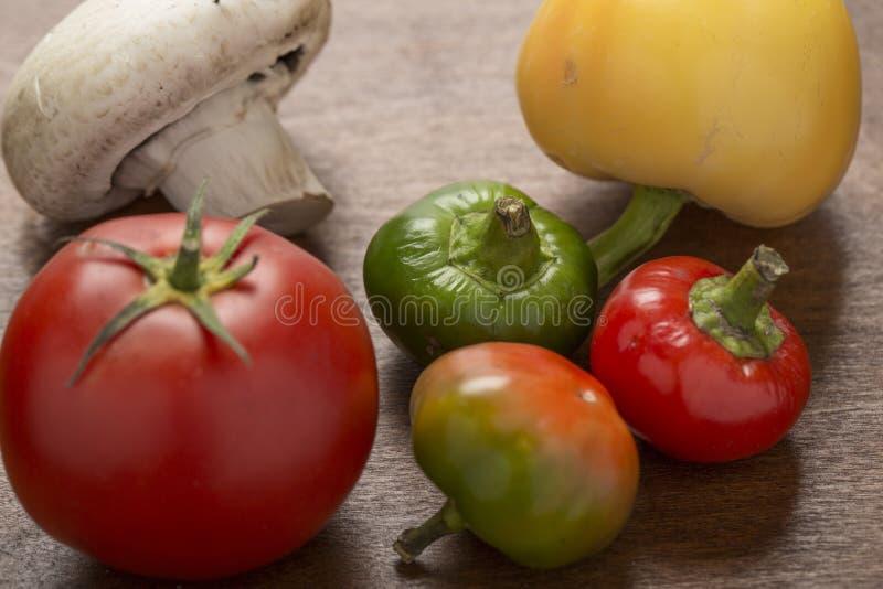 Misch-vegatables auf dem hölzernen Hintergrund stockbilder