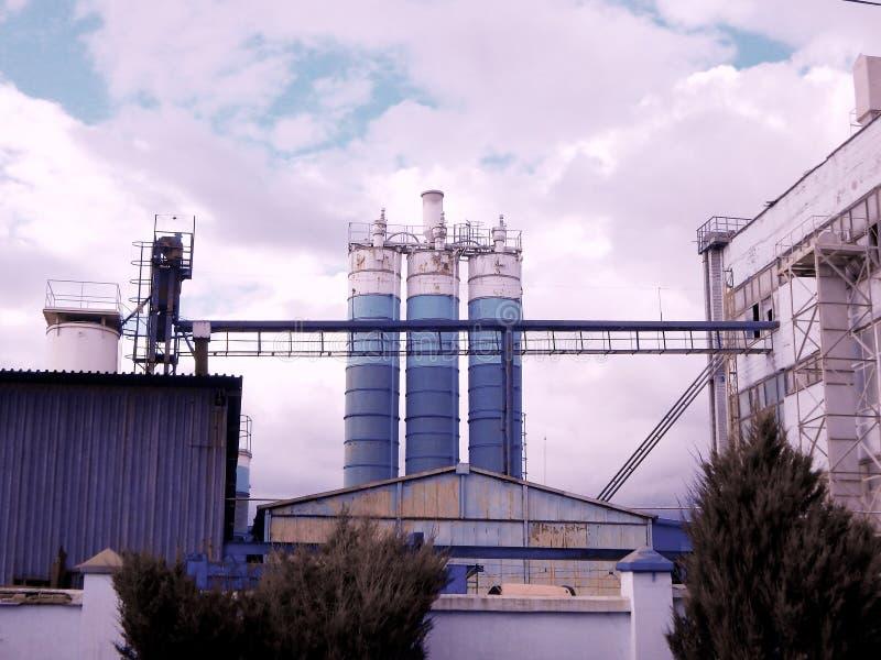 Mischbehälter am konkreten Produktionsbereich stockfotografie