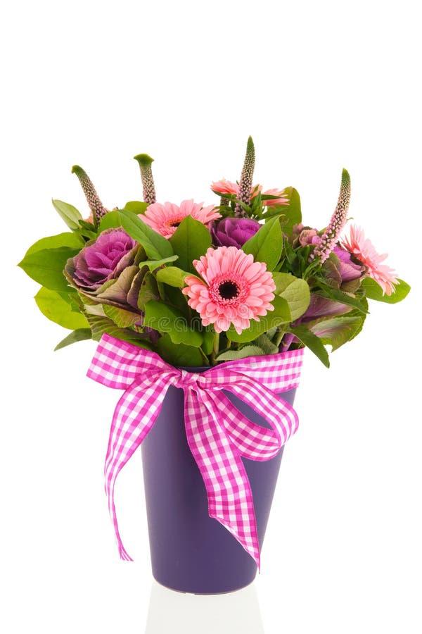 Mischblumenstraußblumen im blauen Vase stockbilder