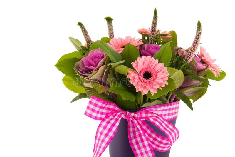 Mischblumenstraußblumen im blauen Vase stockfotos