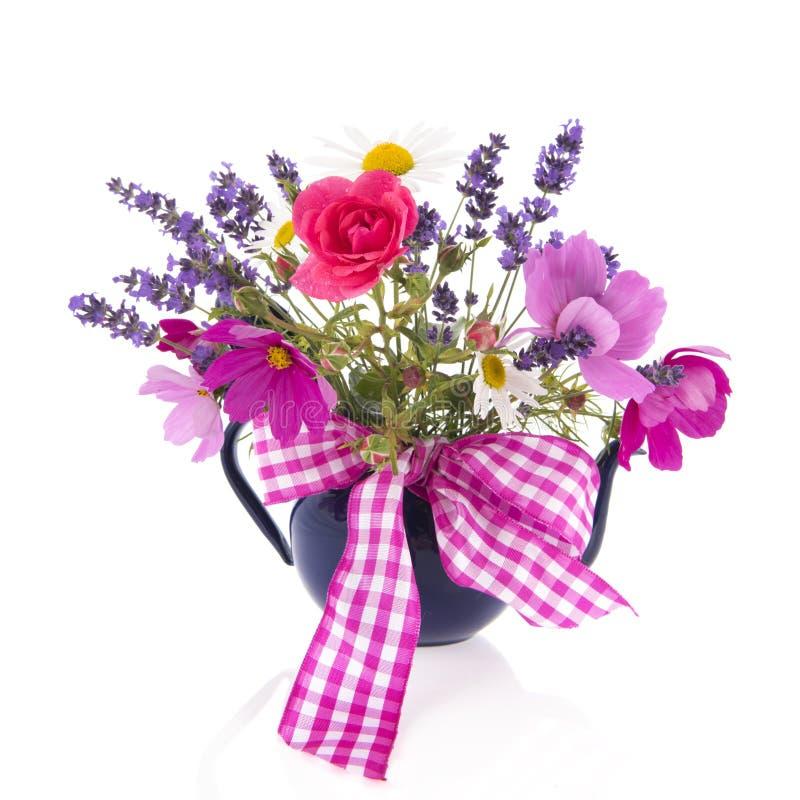 Mischblumenstraußgartenblumen mit Band lizenzfreie stockbilder