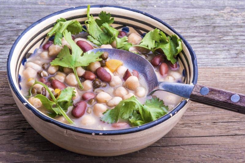 Mischbohnensuppe mit frischem Koriander stockfoto