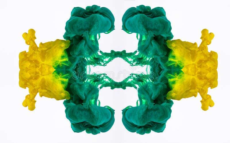 Mischen der gelben und grünen Acrylfarbe in der Flüssigkeit Makroschuß der Farbtinte im Wasser, abstraktes Muster vom Wirbeln stockfoto