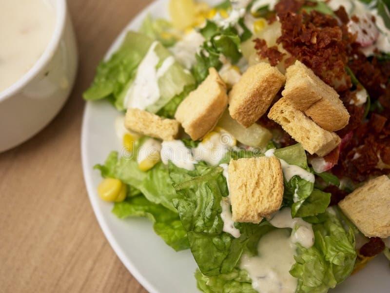 Mischen Sie Salat, der aus Mischgemüsefrüchten und -fleisch in der weißen Platte besteht lizenzfreie stockfotografie