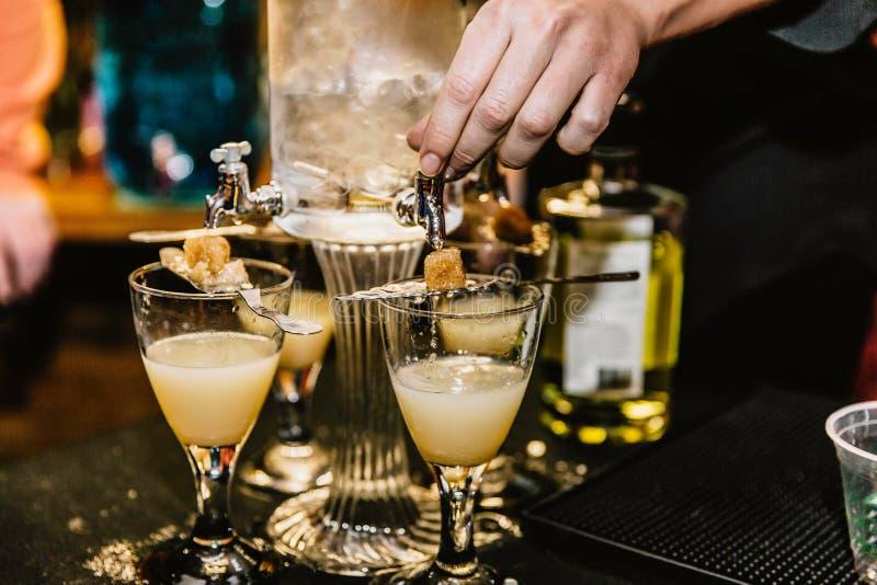 Mischende Cocktails an einem Ereignis lizenzfreie stockbilder