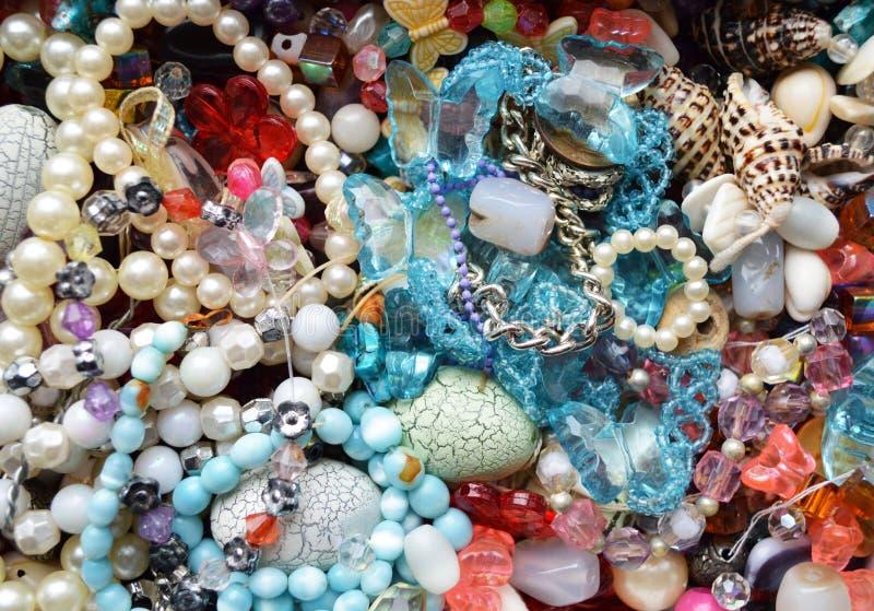 Mischende verschiedene Perlen stockbild