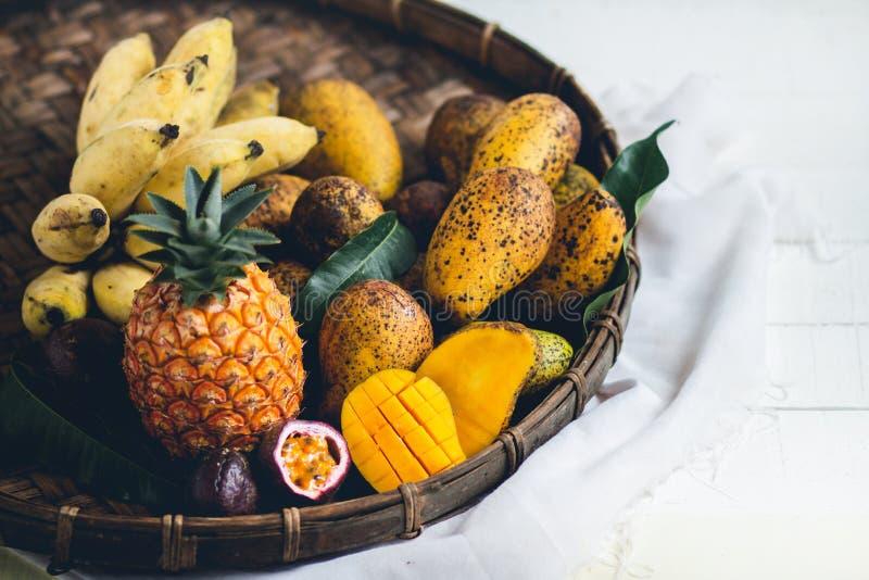 Mischfruchtananas, Mango, Maracuja in dreschendem Korb lizenzfreies stockfoto