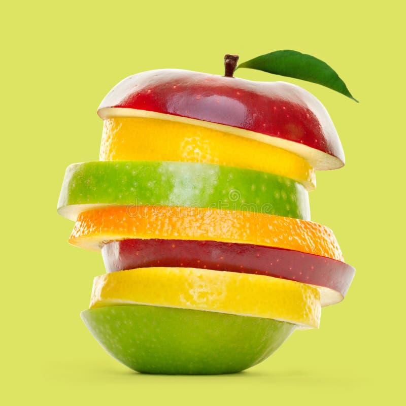 Mischfruchtscheiben häuften oben und lokalisiert auf grünem Hintergrund an lizenzfreie stockbilder