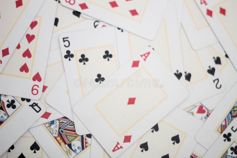 Mischkarten auf dem Tisch lizenzfreies stockbild