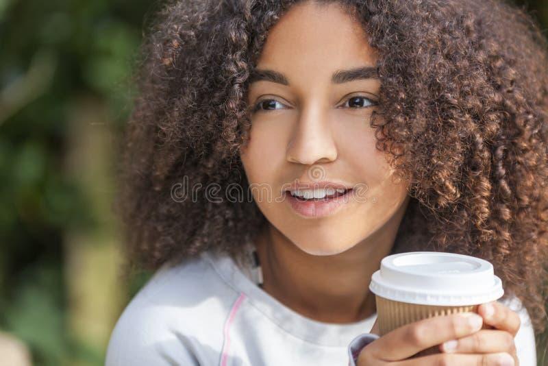 Mischrasse-Afroamerikaner-Jugendlich-Frauen-trinkender Kaffee lizenzfreie stockfotos