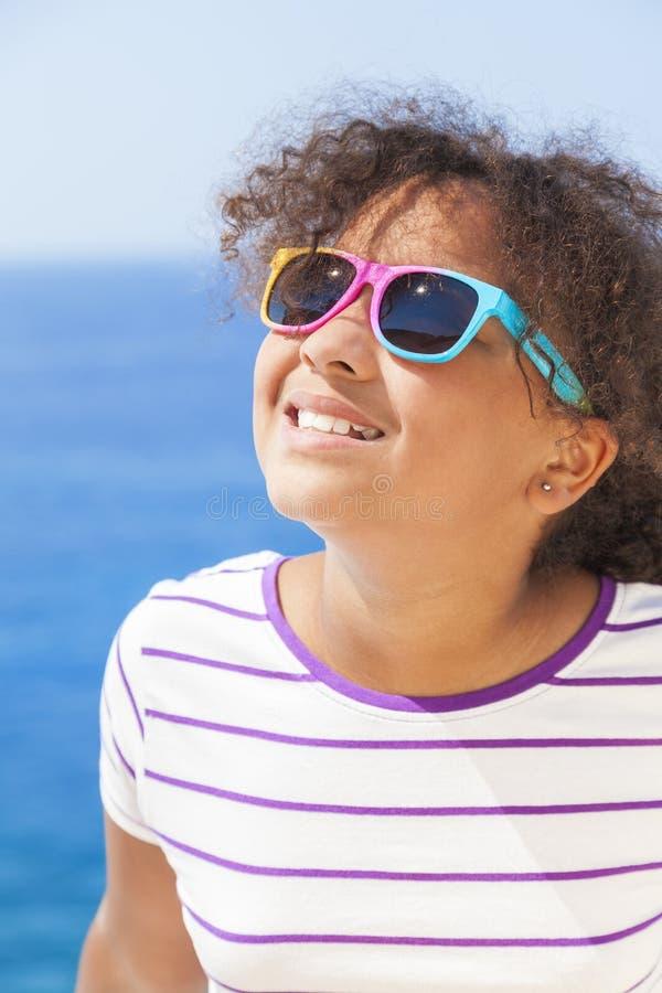 Mischrasse-Afroamerikaner-Mädchen-Kindersonnenschein-Sonnenbrille stockfotografie