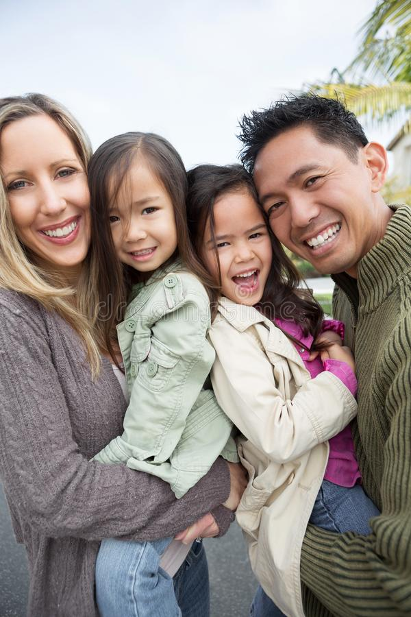 Mischrasse-Familie lizenzfreie stockbilder