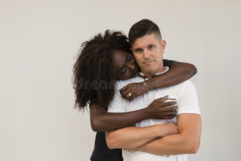Mischrasse-Familie Junge zarte Frau, die seinen Ehemann umarmt lieben lizenzfreie stockbilder