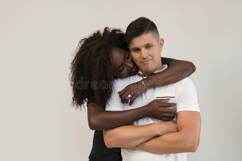 Mischrasse-Familie Junge zarte Frau, die seinen Ehemann umarmt lieben lizenzfreie stockfotos