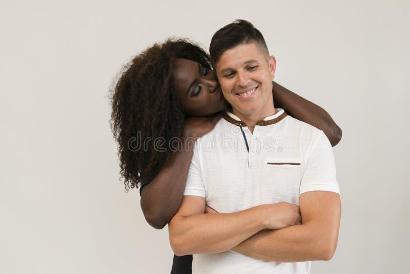 Mischrasse-Familie Junge zarte Frau, die seinen Ehemann umarmt lieben stockfotos