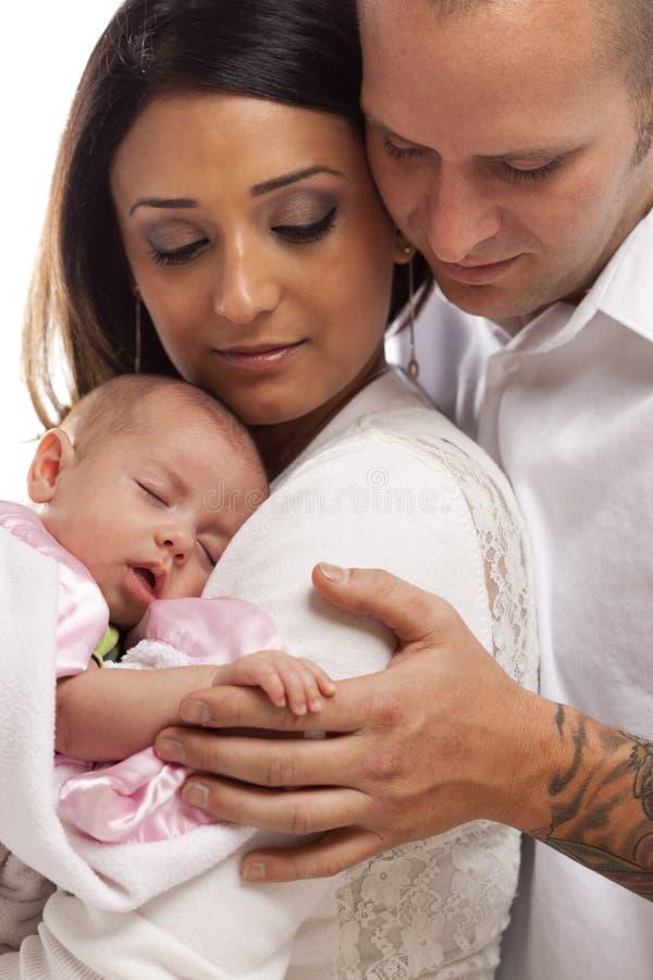 Mischrasse-junge Familie mit neugeborenem Baby stockbild