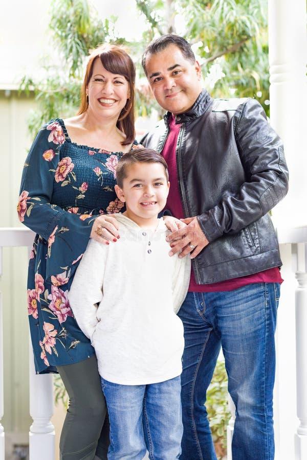 Mischrasse-junges Familien-Porträt auf Front Porch lizenzfreie stockfotografie