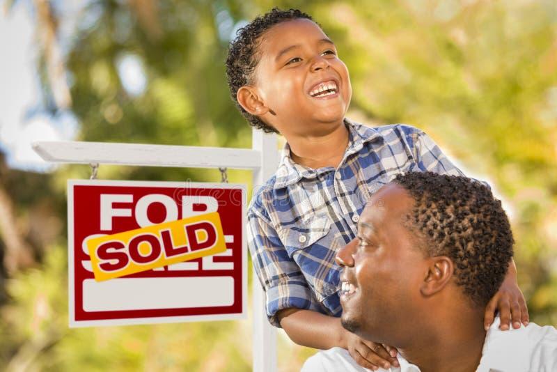 Download Mischrasse-Vater Und Sohn Vor Verkaufs-Real Estate-Zeichen Stockfoto - Bild von kauf, portrait: 26368406