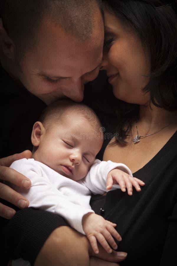 Mischrennen-junge Familie mit neugeborenem Schätzchen stockfotografie