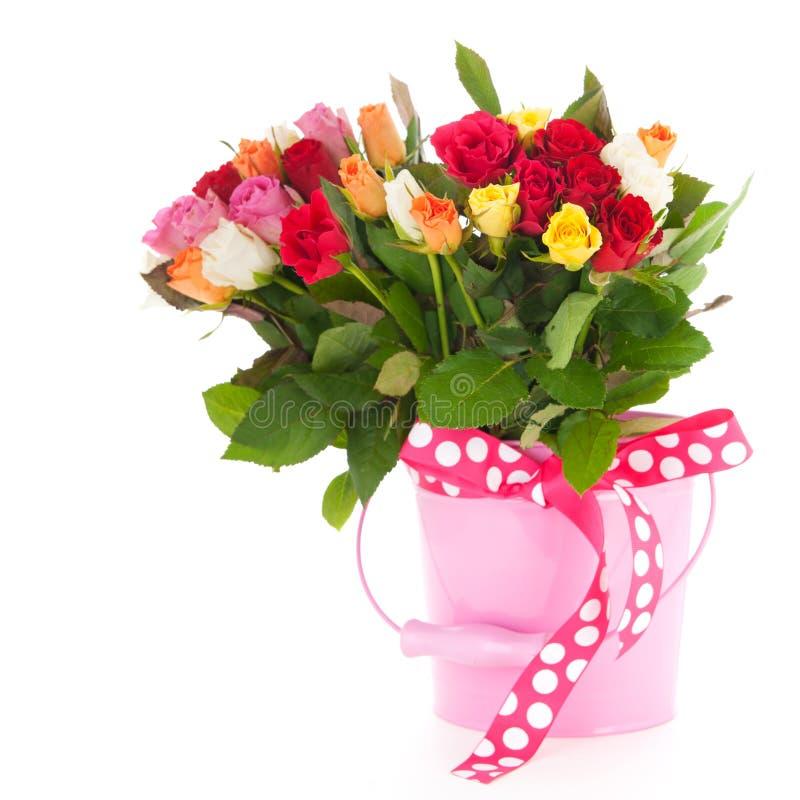 Mischrosen des bunten Blumenstraußes im Eimer stockfoto