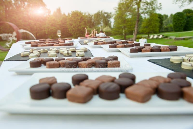 Mischschokoladen während einer Hochzeit lizenzfreies stockfoto
