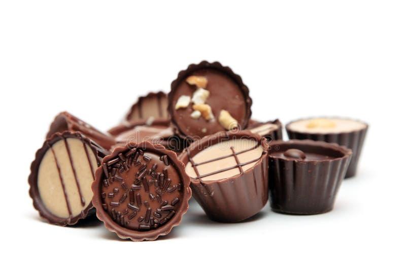Mischschokoladenhaufen auf Weiß stockfotografie
