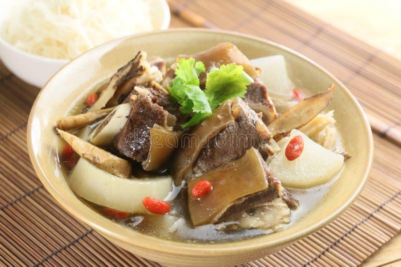 Mischsuppe des Rindfleisches und des Rettichs auf chinesischer Schüssel auf Bambusbehälter stockfotos