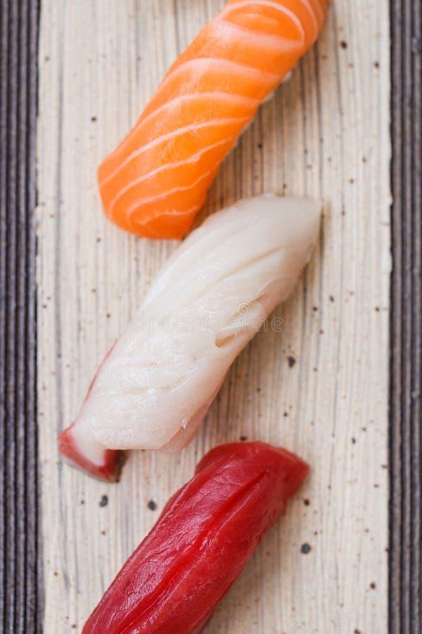 Mischsushi Maguro, Lachs und Hamachi eingestellt auf die Steinplatte stockfotos