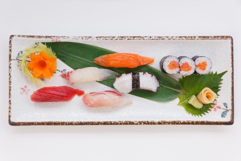 Mischsushi wie Toro, Hamachi, Lachse, Kalmar und Buri mit Salmon Hosomaki stockfotografie