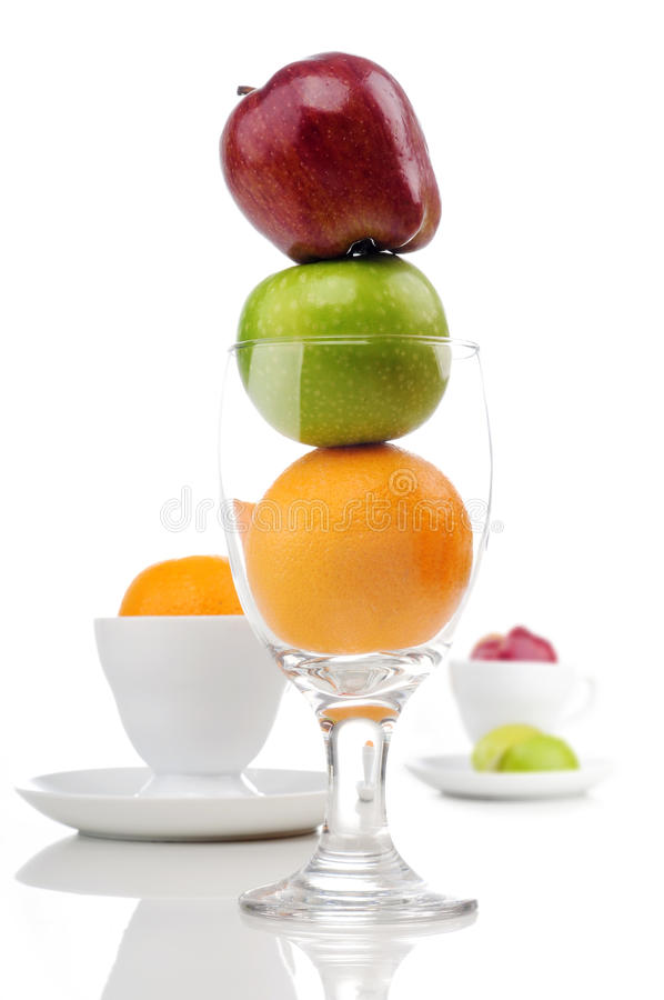 Mischung der saftigen Früchte im Glas und im Cup stockfoto