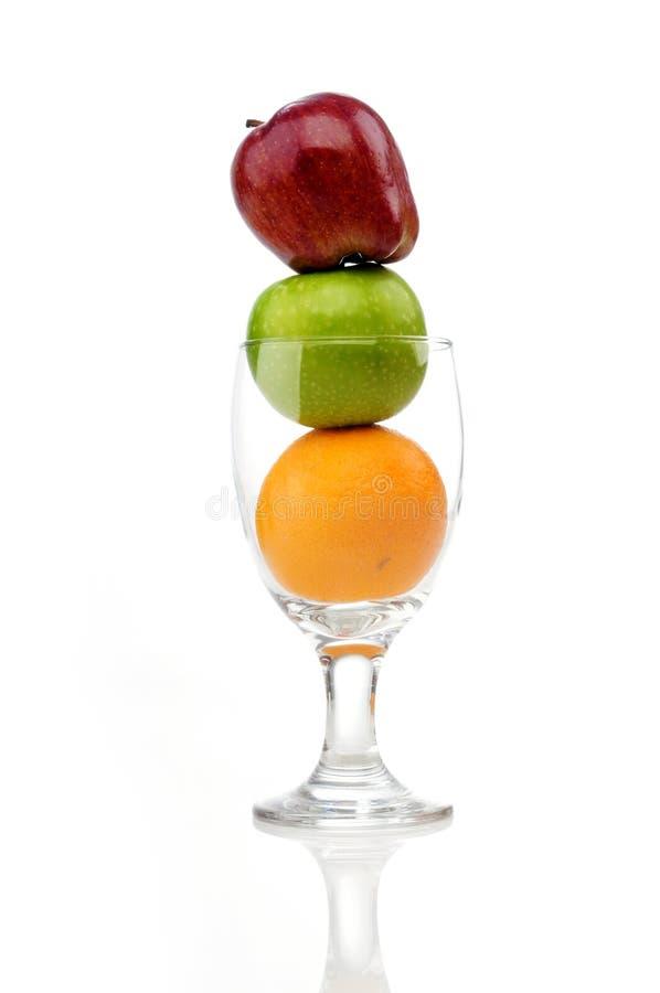 Mischung der saftigen Früchte im Weinglas stockbilder
