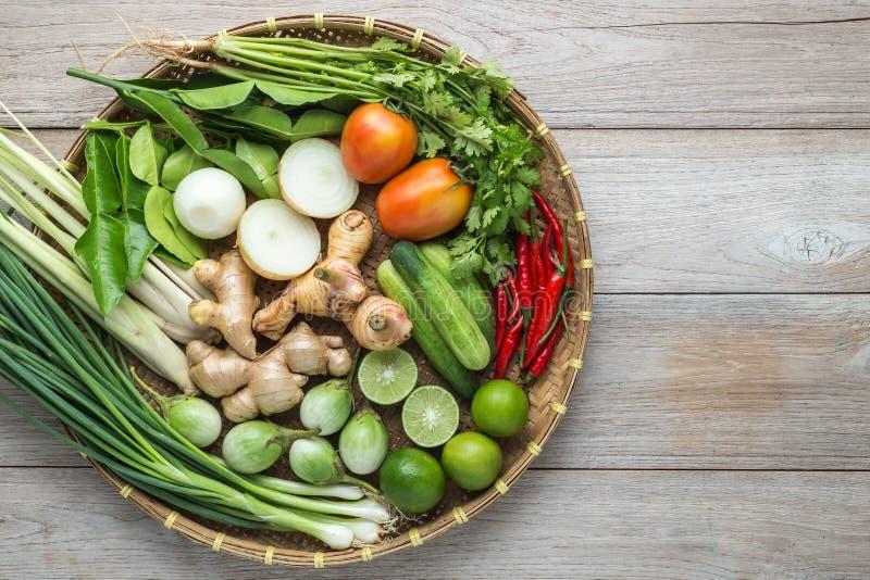 Mischung des thailändischen Gemüses im Bambusbehälter auf hölzernem Hintergrund stockfoto
