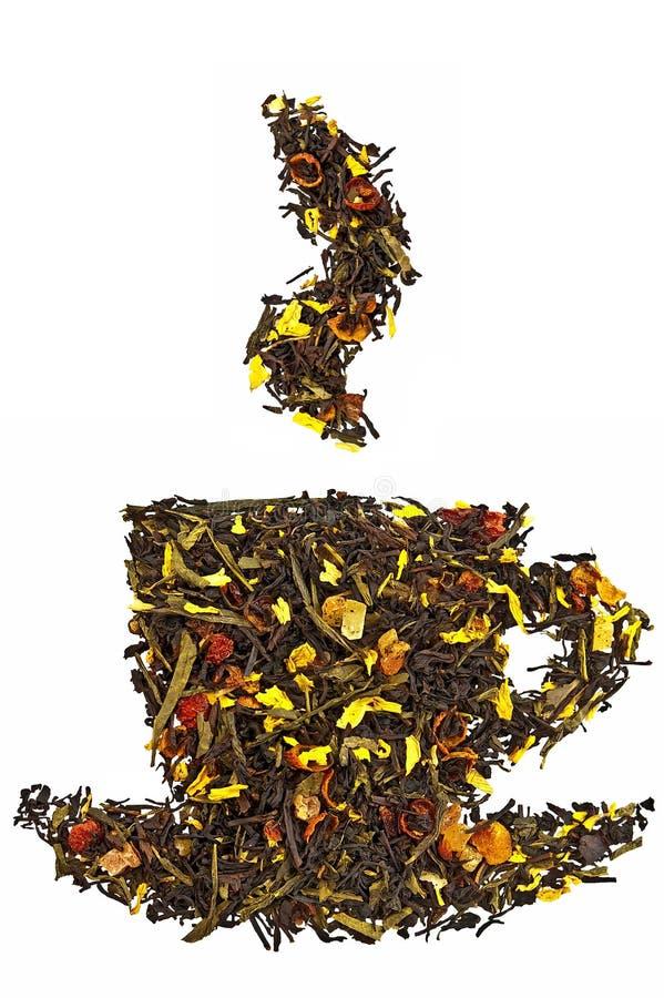 Mischung des trockenen Tees in einem Cup mit Dampf stockfotografie