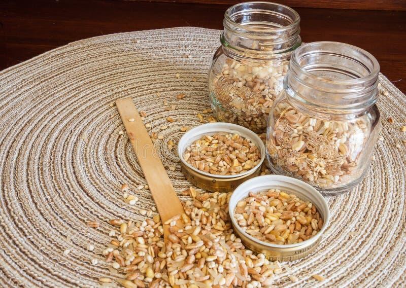 Mischung von fünf Getreide: Weizen, buchstabiert, Gerste, Hafer, Reis stockfoto