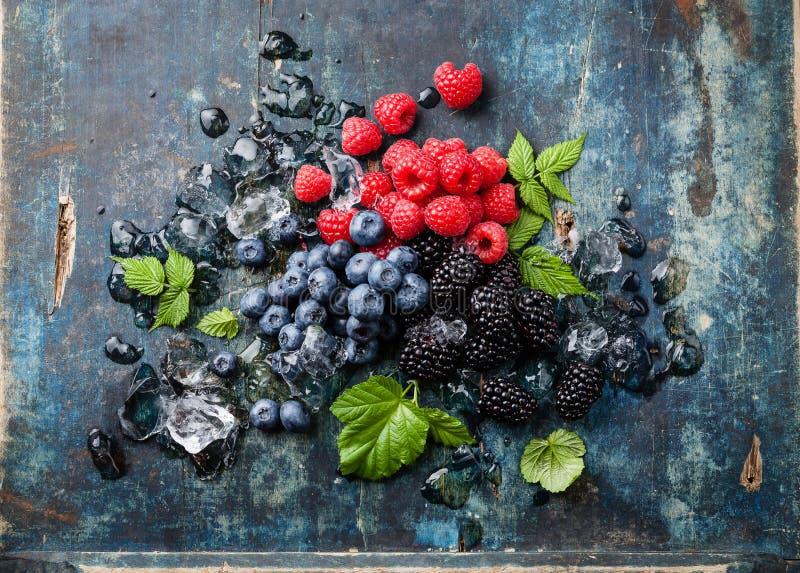 Mischung von frischen Beeren mit Eis stockbild