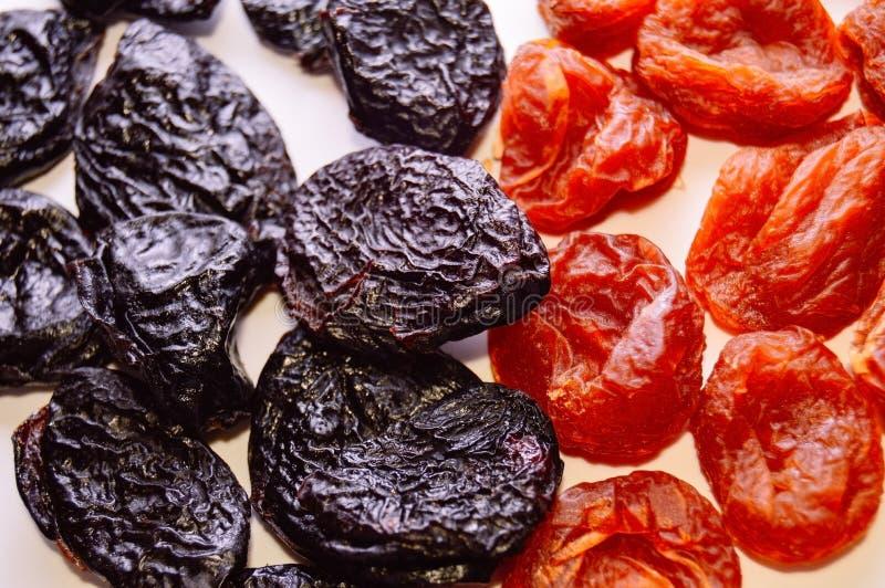 Mischung von getrockneten Aprikosen und von Trockenpflaume - beschneidet auf einem weißen Hintergrund Richtige Nahrung des gesund stockbilder