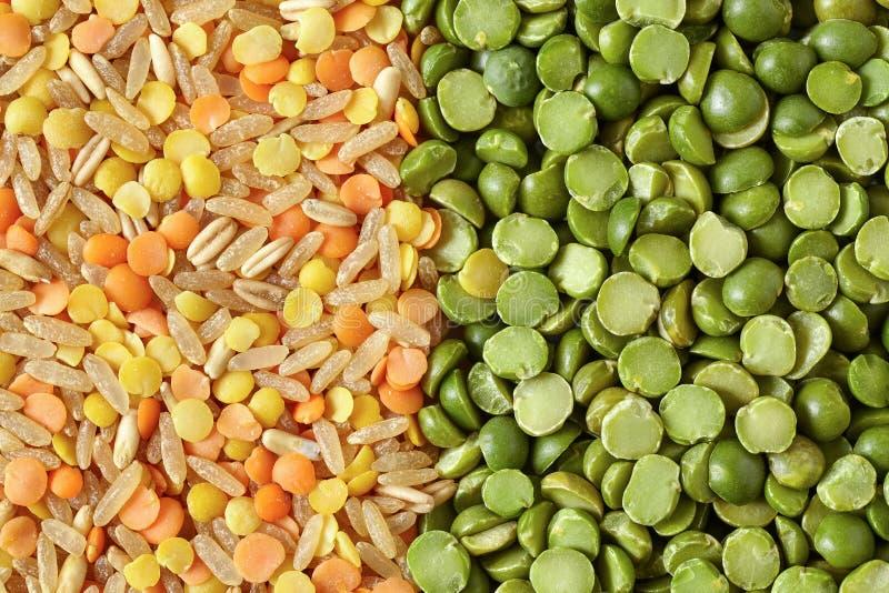 Mischung von Grün-aufgeteilten Erbsen-Linsen und Reis stockbild