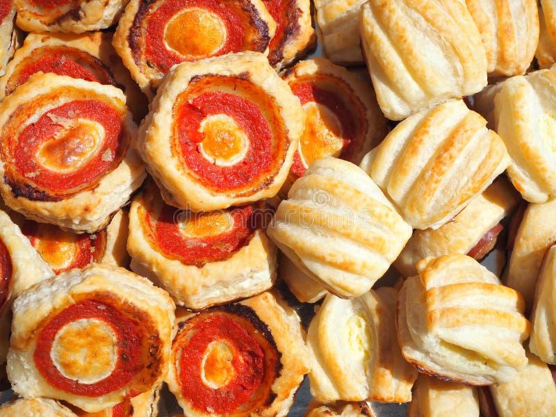 Mischung von köstlichen Aperitifs und kleinen von Pizzas gemacht vom Blätterteig lizenzfreie stockfotografie