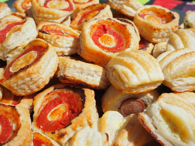 Mischung von köstlichen Aperitifs und kleinen von Pizzas gemacht vom Blätterteig lizenzfreie stockbilder