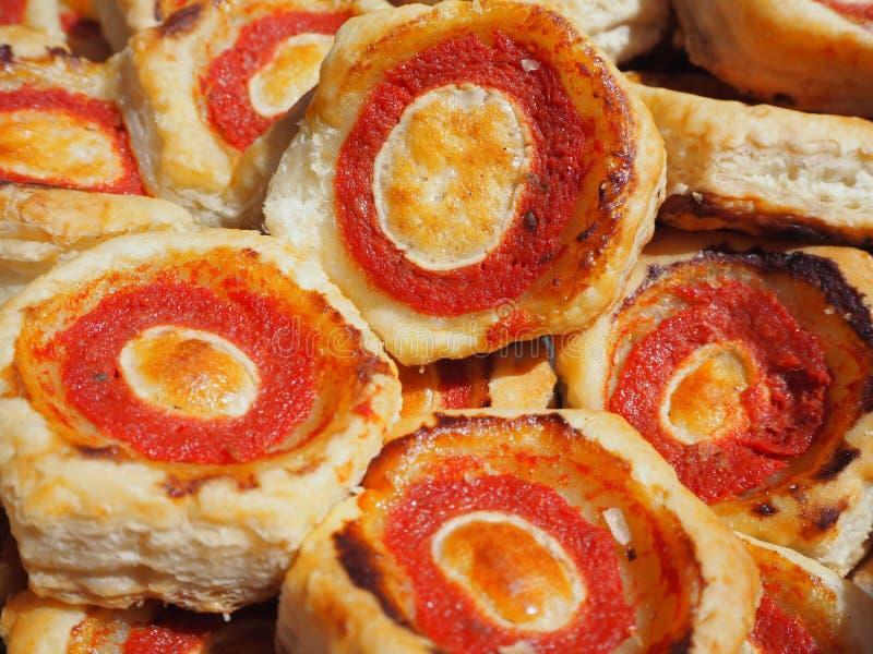 Mischung von köstlichen Aperitifs und kleinen von Pizzas gemacht vom Blätterteig lizenzfreies stockfoto